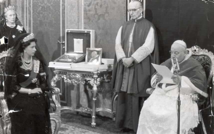 queen-pope-1961